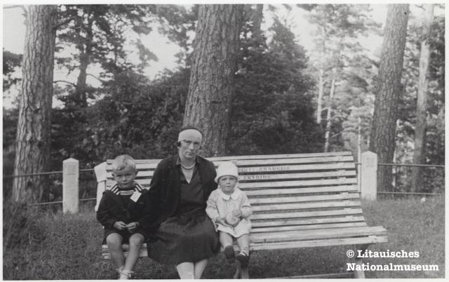 Pranė Grinkevičienė mit ihren Kindern Dalia und Juozas in Palanga, an der litauischen Ostseeküste, 1929. Besitz des Litauischen Nationalmuseums